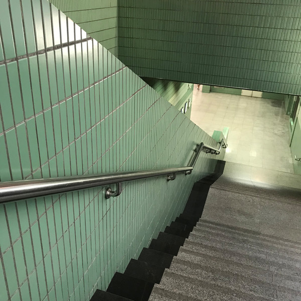 不一定要去高大上的地方,在地铁站就能拍出大片感!